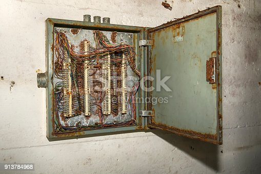 istock An abandoned box with wires 913784968