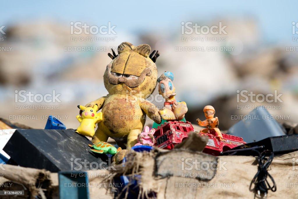 Fotografía de Un Garfield Sucio Abandonado Y Otros Juguetes En El ...