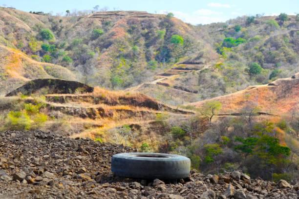 un pneu abandonné - josianne toubeix photos et images de collection