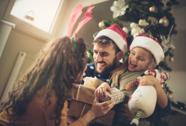 eine fülle von geschenken. - geschenke eltern weihnachten stock-fotos und bilder