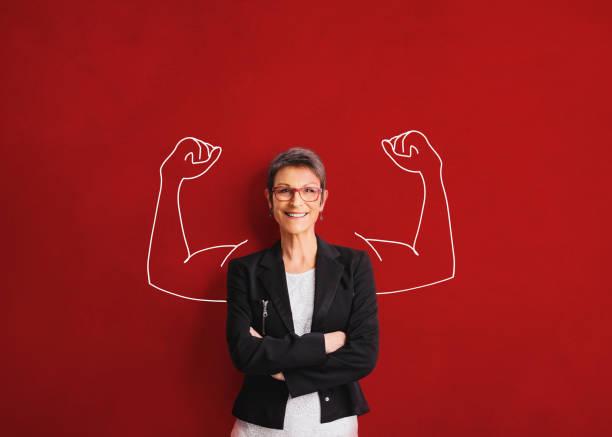 una mujer adulta muestra fuerza - desafío fotografías e imágenes de stock