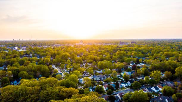 een luchtfoto van de zonsondergang over de buitenwijken van zuidoost-michigan - michigan stockfoto's en -beelden