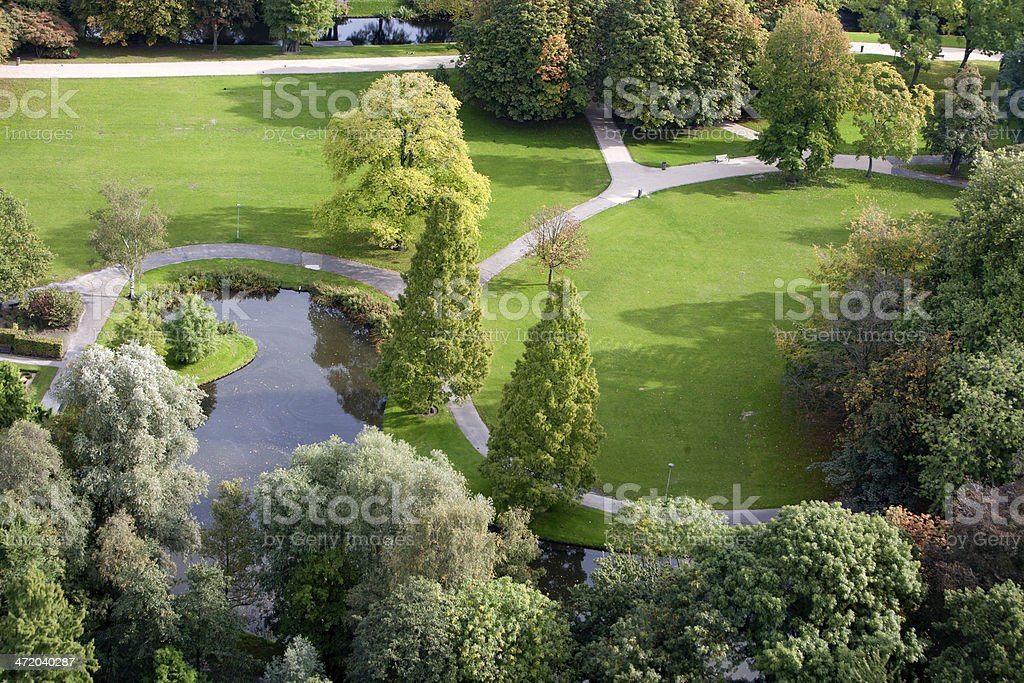 An aerial view of the walkways, trees, and pond in a park ​​​ foto