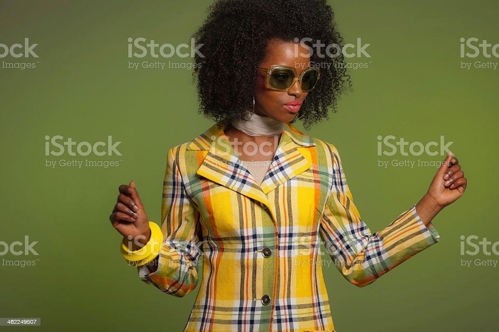 Tanz im retro-Stil der 70er Jahre Mode afrikanische Frau mit Sonnenbrille. – Foto