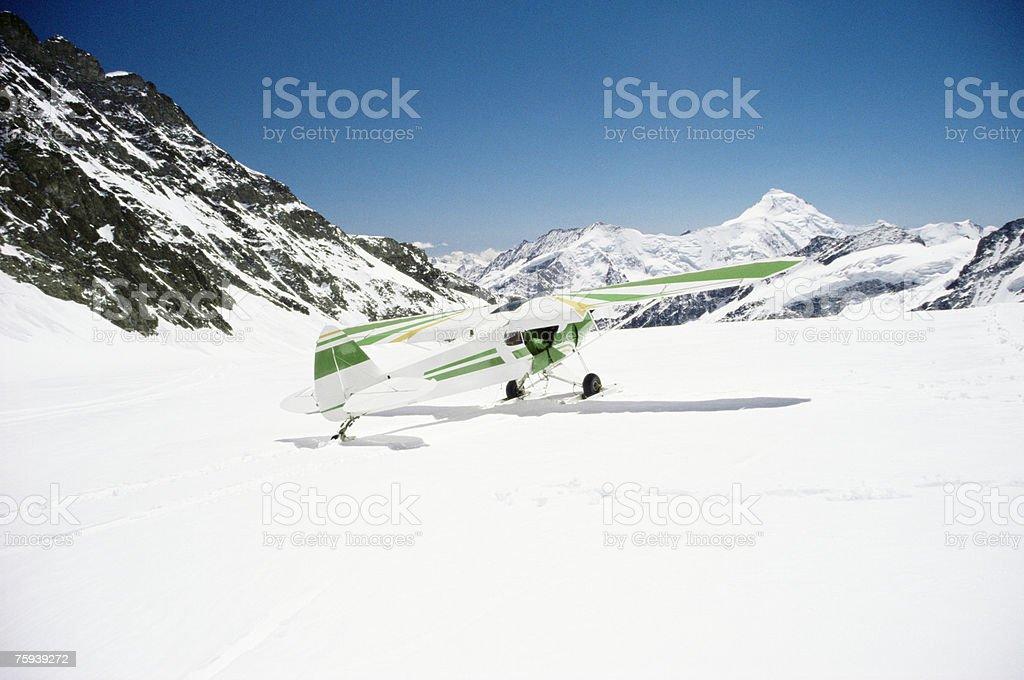 Um avião no Glaciar aletsch foto de stock royalty-free