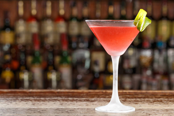 An alcoholic cosmopolitan cocktail is on the bar. Space for text. - foto stock