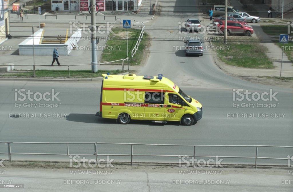 Una ambulancia se está moviendo a lo largo de la carretera - Foto de stock de Aire libre libre de derechos