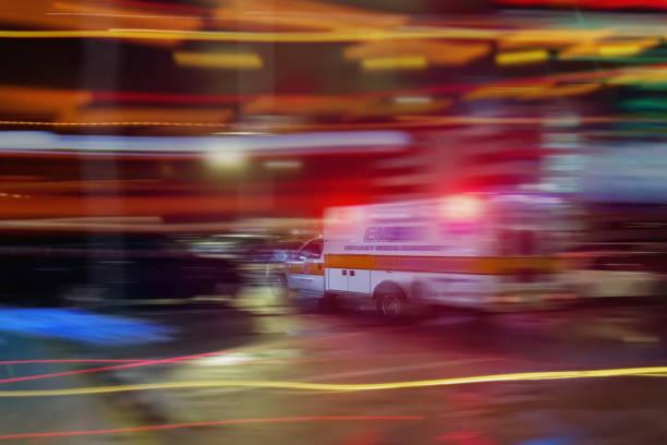Ein Krankenwagen, beschleunigt durch den Verkehr in der Nacht – Foto