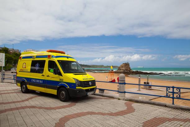 ein krankenwagen van, geparkt im strandbereich - rettungsinsel stock-fotos und bilder