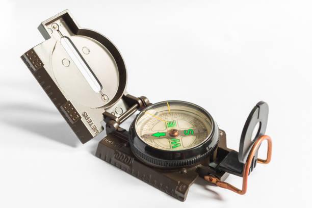 ein analoger kompass auf weißem hintergrund - kompass wanderkarte stock-fotos und bilder
