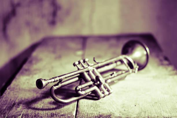 einem alten jazz-trompete aus den 40er jahren - blues stock-fotos und bilder