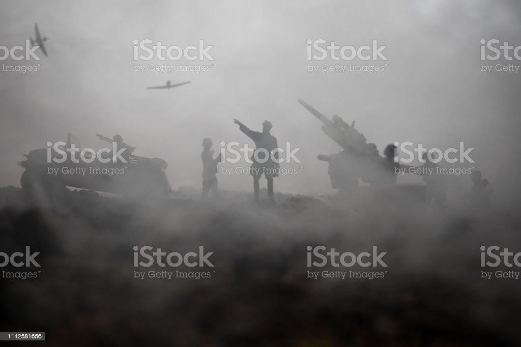 안티-항공기 대포와 전쟁 안개 하늘 배경에 장면 싸우는 군사 실루엣. 연합군이 독일군을 공격 합니다. 삽화 장식 된 장면. - 로열티 프리 World War II 스톡 사진