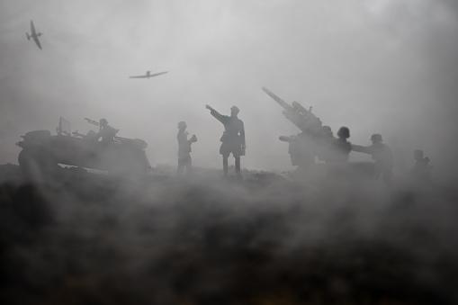 안티항공기 대포와 전쟁 안개 하늘 배경에 장면 싸우는 군사 실루엣 연합군이 독일군을 공격 합니다 삽화 장식 된 장면 World War II에 대한 스톡 사진 및 기타 이미지