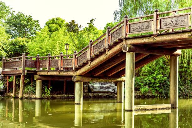 Un antiguo puente de madera en el agua - foto de stock