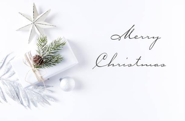 eine anordnung von weihnachtsschmuck und geschenk-box - texte zu weihnachten stock-fotos und bilder