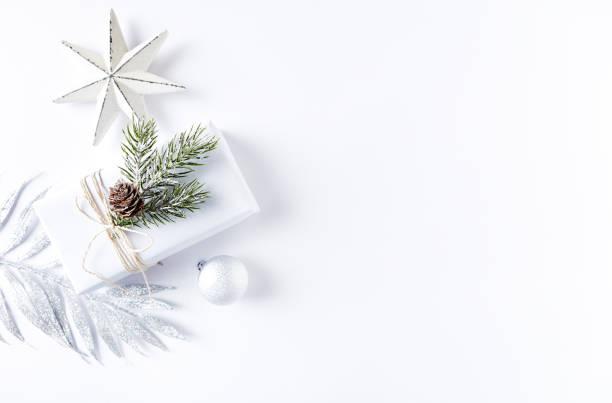 Eine Anordnung von Weihnachtsschmuck und Geschenk-Box – Foto