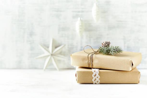 Eine Anordnung der Weihnachtsgeschenke in Geschenkpapier eingewickelt in Naturtönen – Foto