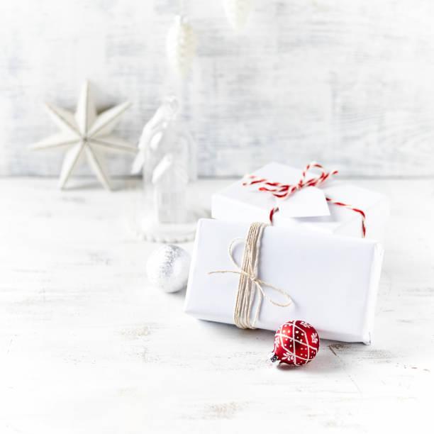Eine Anordnung der Weihnachtsgeschenke verpackt in weißem Papier – Foto