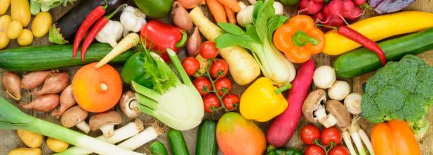 市場から新鮮な野菜果物の配置 - ローフード ストックフォトと画像