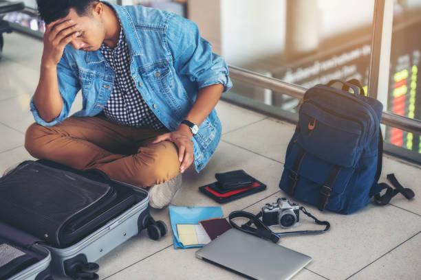 Eine asiatischen männlichen Reisenden ist das Problem der Notwendigkeit und Wertersatz am Flughafen erleben. – Foto