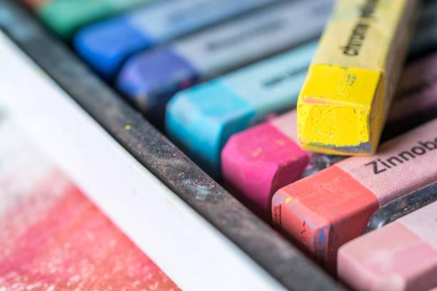 un assortiment de pastels comme une introduction à la peinture - dessin au pastel photos et images de collection