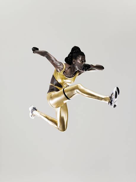 ein athlet jumping - sportlichkeit stock-fotos und bilder