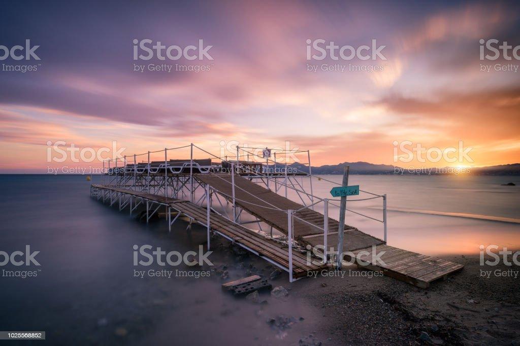 un coucher de soleil automnal autour d'une jetée (cannes) - Photo