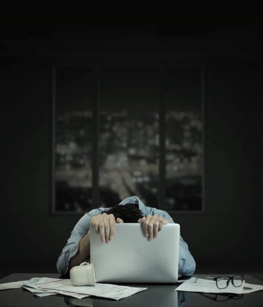 en krypande på dator laptop, med att bygga fönster - work stress bildbanksfoton och bilder