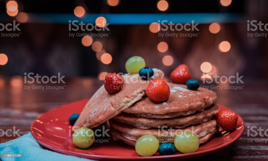 An easy pancake with fruits - Foto stock royalty-free di A forma di stella