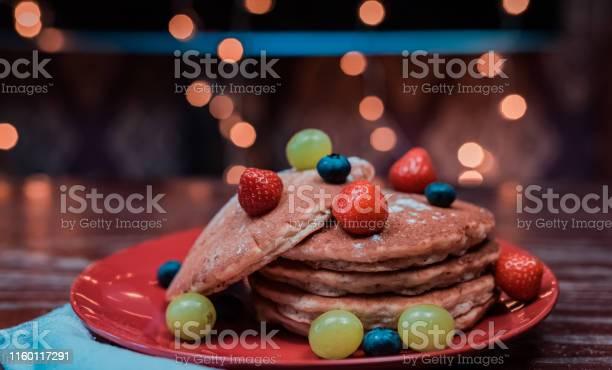 An Easy Pancake With Fruits - Fotografie stock e altre immagini di A forma di stella