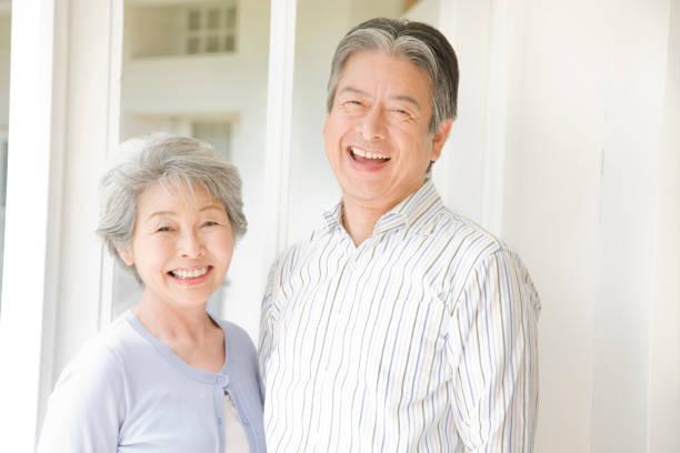 老夫婦が笑っています。 - シルバー ストックフォトと画像