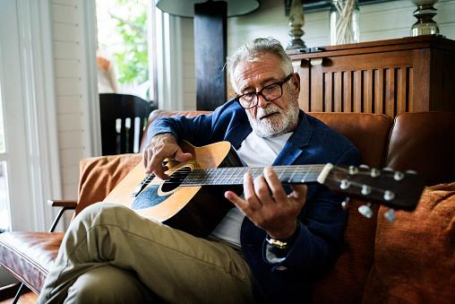 기타를 재생 하는 노인 기타 연주자에 대한 스톡 사진 및 기타 이미지
