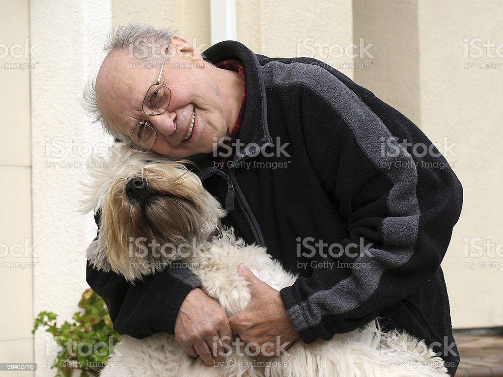 おじいちゃんと犬 - ぬいぐるみのロイヤリティフリーストックフォト