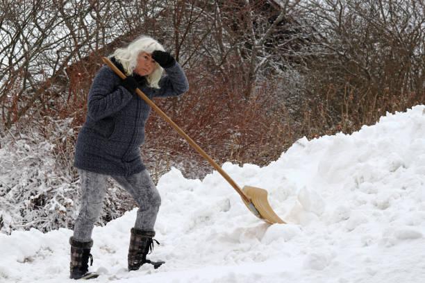 老婦人鏟雪 - 鏟 個照片及圖片檔