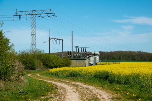 Ein elektrischer Umspannwerk steht auf einem Rapsfeld – Foto