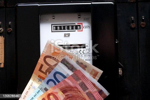 Ein Stromzähler, Strom Sparen und Euro Geldscheine
