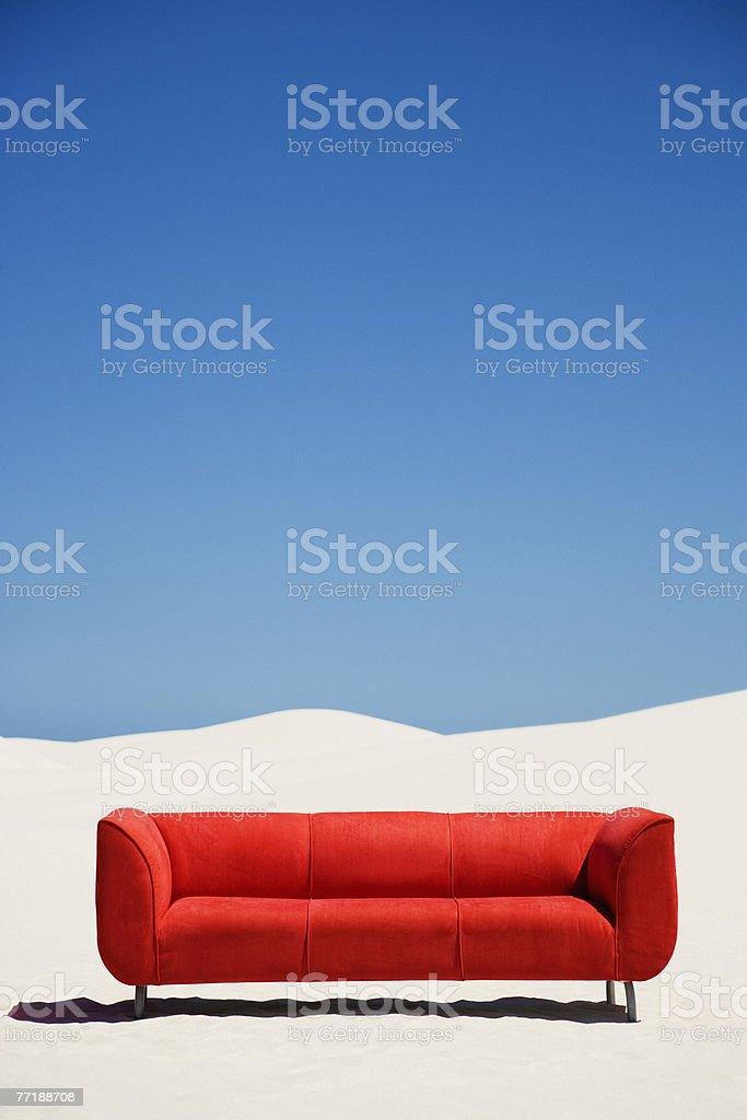 Eine leere couch allein in der Mitte der Wüste – Foto