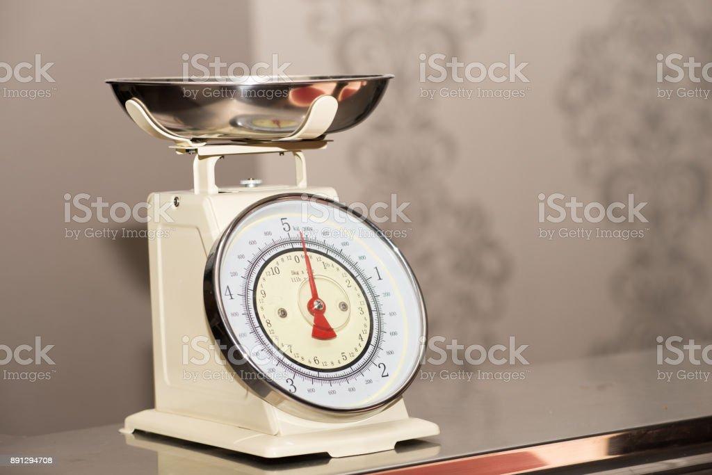 Una escala de comida vacía en pastelería - foto de stock