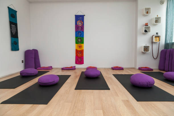 An empty pilates, yoga class An empty pilates and yoga class for students to meditate yoga studio stock pictures, royalty-free photos & images