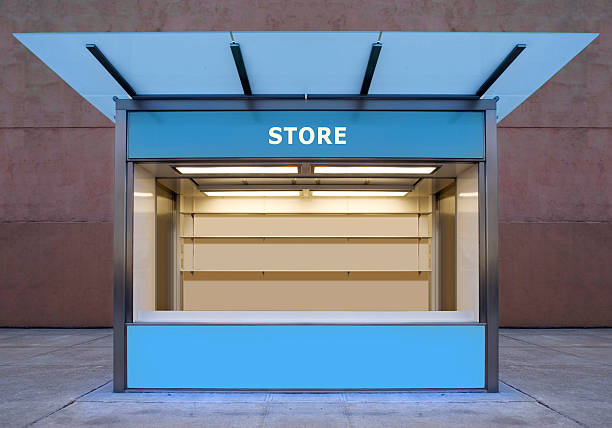 An empty store kiosk on the side of a road empty news stall on street news stand stock pictures, royalty-free photos & images
