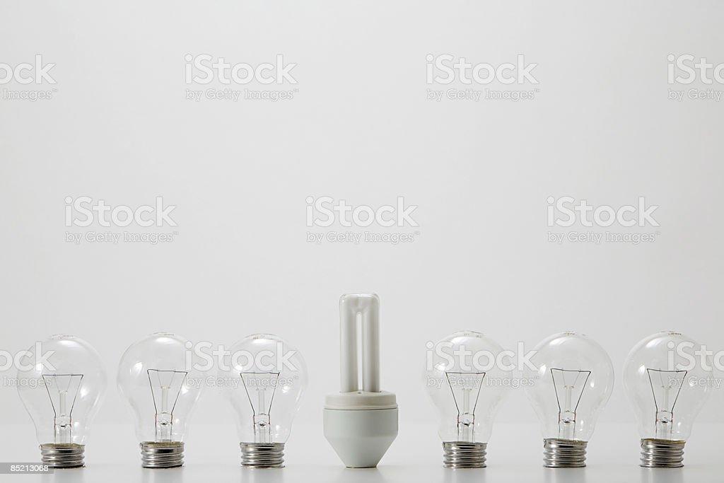 Ampoule économie d'énergie, et des ampoules ordinaires photo libre de droits