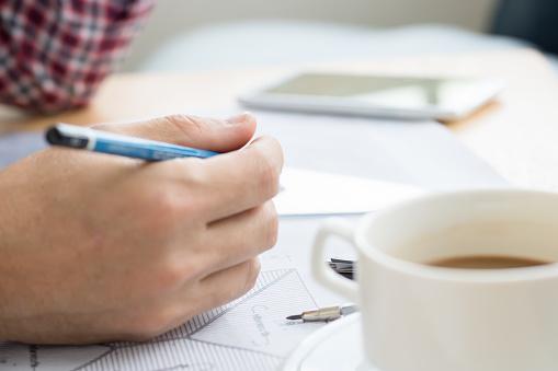 En Ingenjör Jobbar För Arkitektoniska Projekt Med En Kopp Kaffe Hjälm Verktyg Ritning Och Vit På Tabellen Arbete Hemma Officeselective Fokus-foton och fler bilder på Akademikeryrke