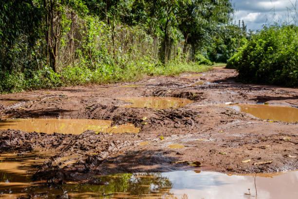 Une très mauvaise rural chemin de terre à proximité de Mbale après une averse de pluie de mousson. - Photo