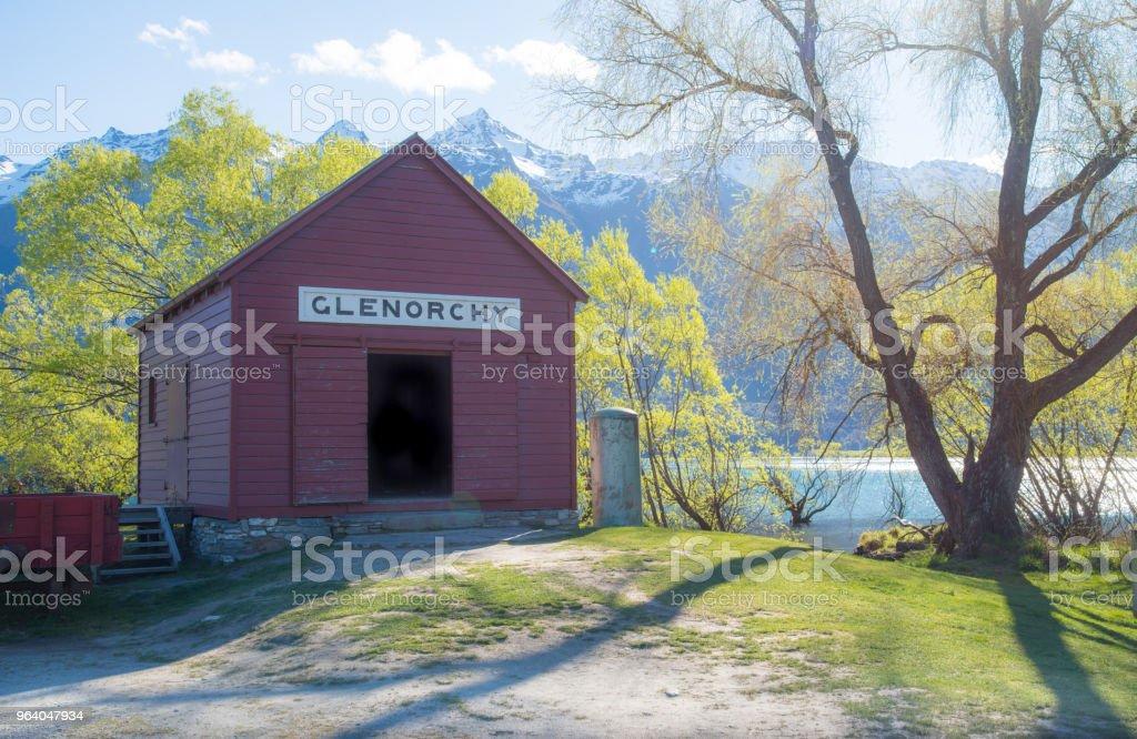 象徴的な赤の家 Glenorchy ニュージーランドの南の島での春のシーズン中。 - ちやほやのロイヤリティフリーストックフォト