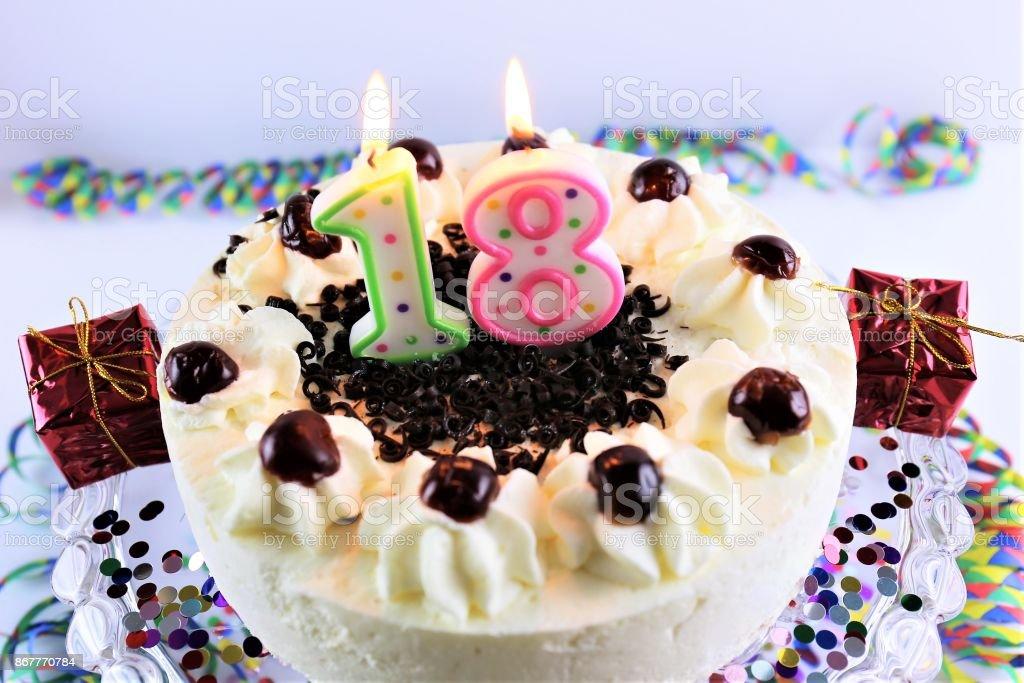 Ein Bild einer Geburtstagstorte mit Kerzen - 18 – Foto