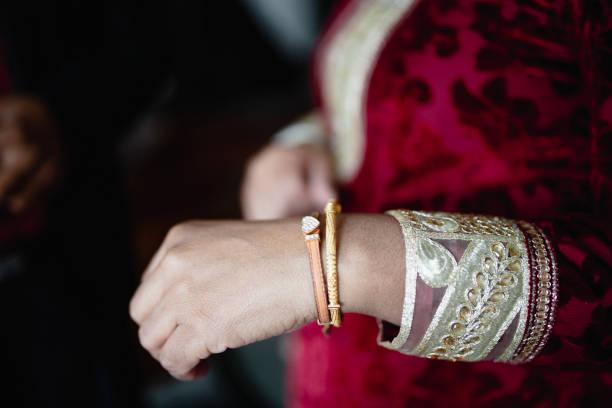 ein indischer mann seiner frau ein geschenk anzubieten - canda armband stock-fotos und bilder