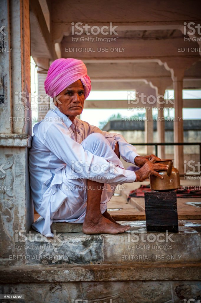 An Indian rajasthani man serves at Pyaaoo, a place to give water to thirsty visitors at free of cost, at Chaksu fair in Jaipur photo libre de droits