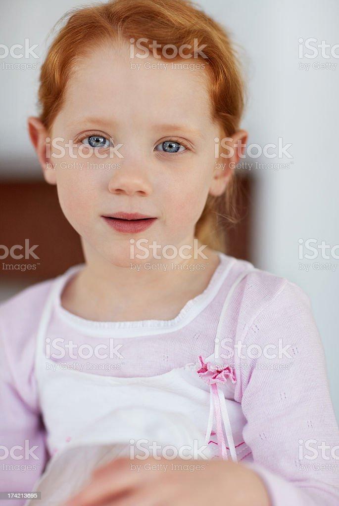 Eine harmlose kleines Mädchen geben Sie ein Süßes Lächeln Lizenzfreies stock-foto