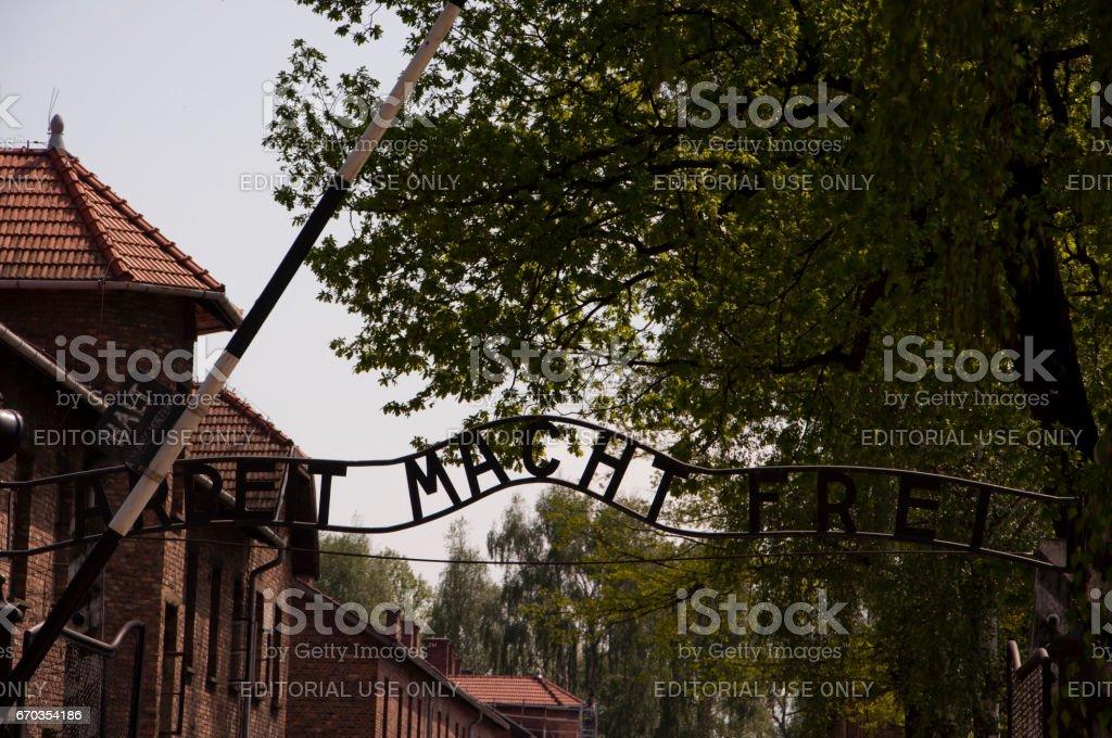 Eine Inschrift über dem Haupttor in Konzentrationslager in Auschwitz - Arbeit Macht Frei. – Foto