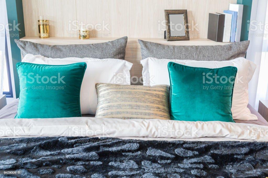 Eine Innere Bild Ein Bett Mit Vielen Kissen Und Eine Decke